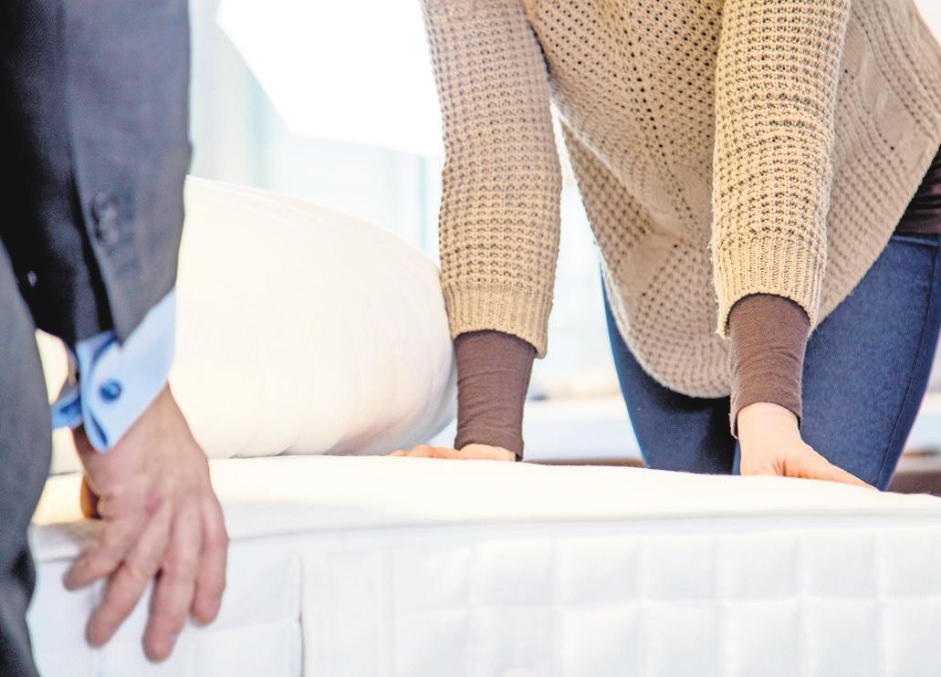 Auf der sicheren Seite: Matratzen sollte man vor dem Kauf immer ausprobieren. Das ist auch per Schnelltest im Geschäft möglich. FOTO: CHRISTIN KLOSE/DPA