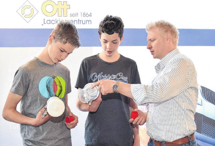Die Ausbildungs- und Studienmesse gilt beim Lackierzentrum Ott in Ehingen als Chefsache. Inhaber Oliver Trowitzsch steht den künftigen Berufseinsteigern persönliche Rede und Antwort.