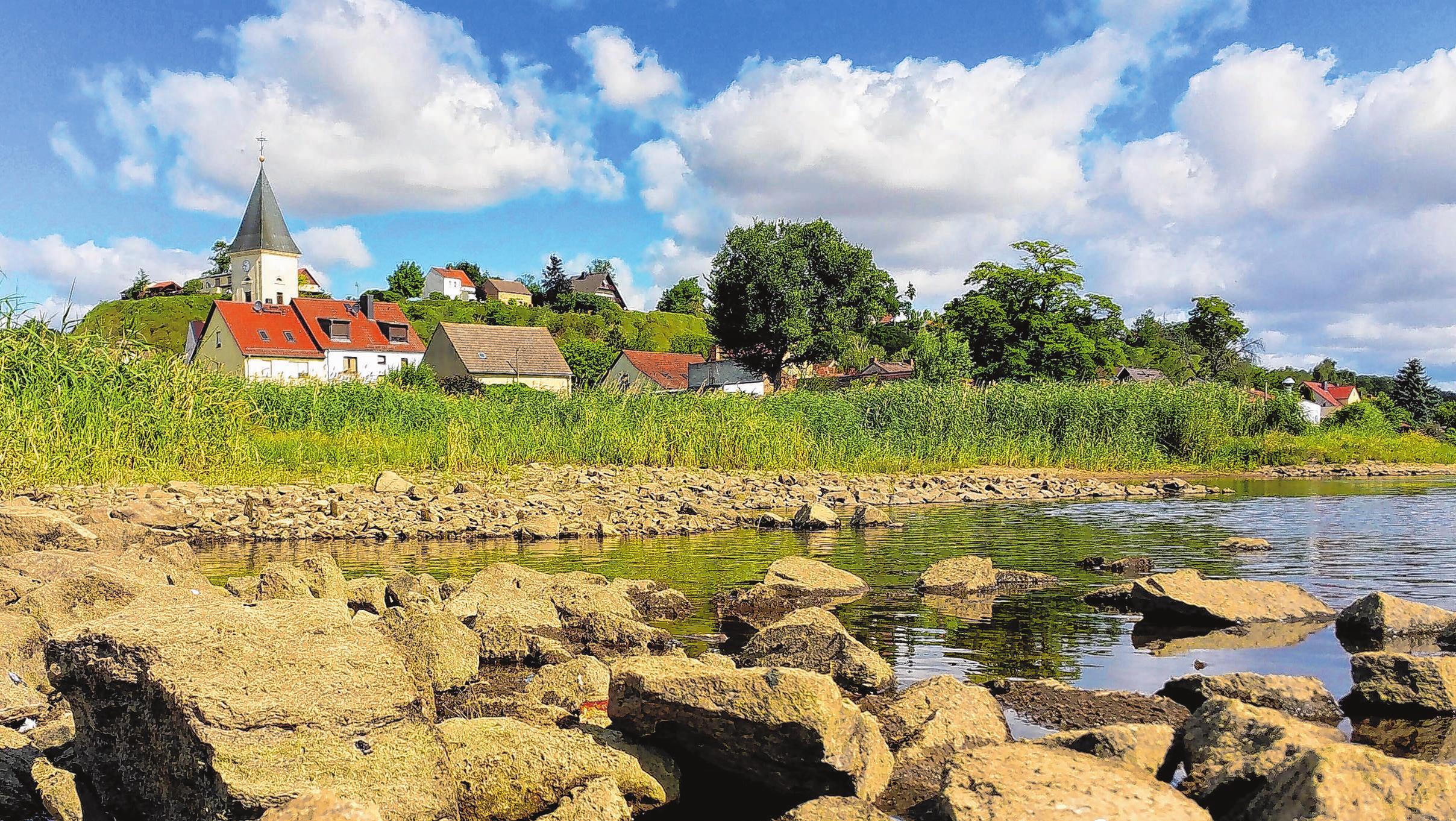 Lebus, das malerische Städtchen an der Oder, hat derzeit ein Problem mit dem Fluss. Das Wasser zieht sich immer weiter zurück. So niedrig, wie in diesem Jahr, war es selten am Grenzfluss zwischen Deutschland und Polen. Während der mittlere Pegelstand zu dieser Jahreszeit im benachbarten Frankfurt bei 2,74 Meter liegt, sind es derzeit nur knapp über einem Meter. Die Buhnenköpfe und Uferbefestigungen liegen auf dem Trockenen.     Fotos: Matthias Lubisch