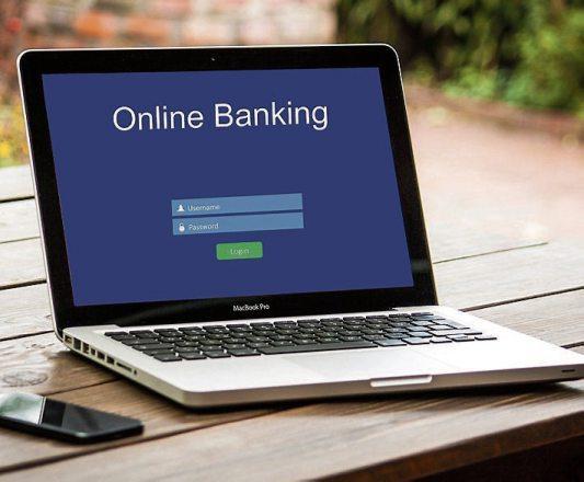 Banken und Kundenberater sind auch in der Corona-Krise für ihre Kunden erreichbar, ganz einfach zum Beispiel per Online-Banking.