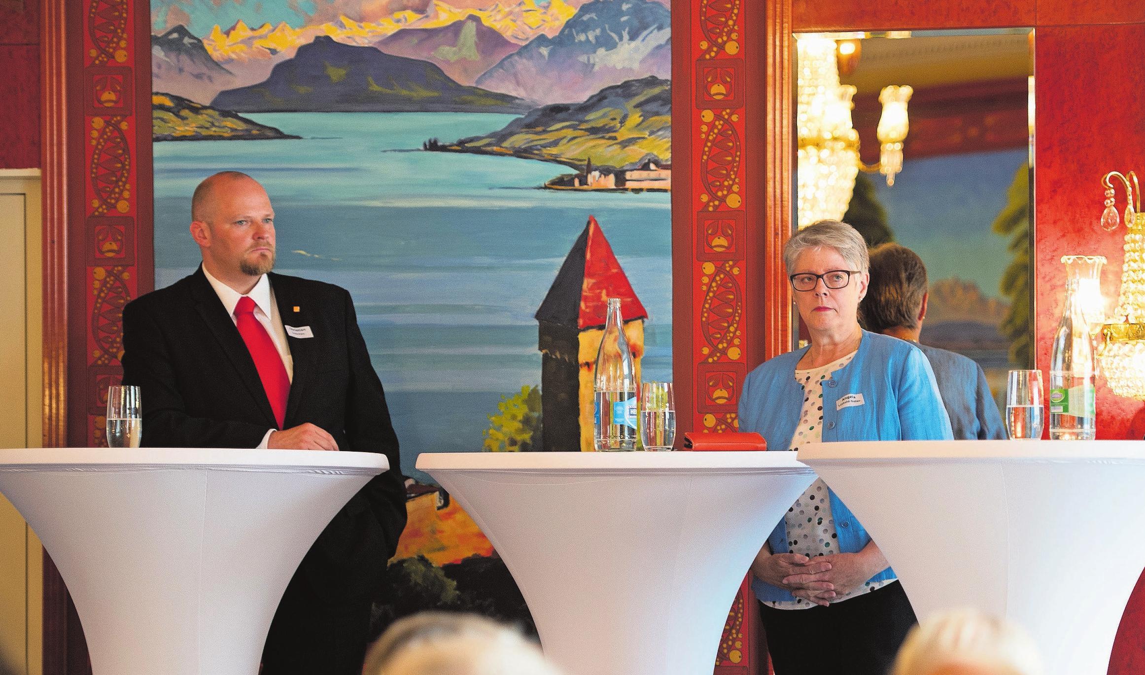 CVP-Präsident Christian Ineichen und SVP-Präsidentin Angela Lüthold während eines Wahlpodiums – mit ernsten Mienen. Bild: Corinne Glanzmann (Luzern, 25. Mai 2018)