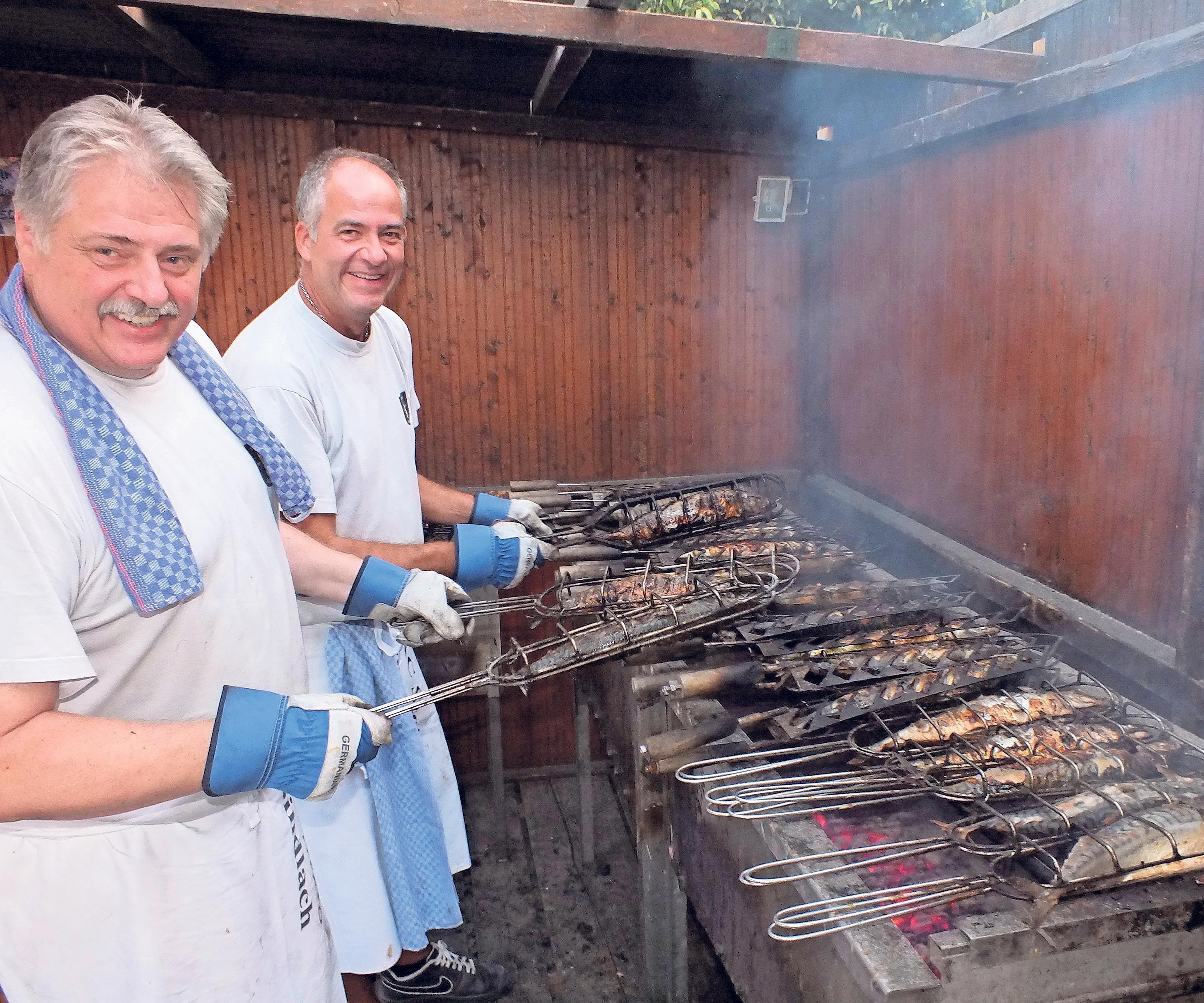 Die Grill-Meister sind an den Abenden voll in Aktion, denn etwa 500 Makrelen warten auf hungrige Besucher.