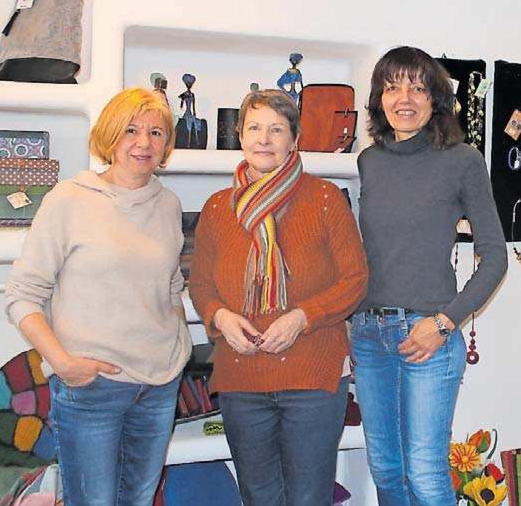 Mit Herzblut im Weltladen dabei: (von links) Christa Scheid, Sabine Gassner und Romi Rödl. Die drei Frauen gehören zum Team von rund 40 ehrenamtlichen Mitarbeitern im Weltladen, das sich um Einkauf, Verkauf, Produktauswahl, Dekoration, Preisauszeichnung und Rechnungen kümmert. FOTOS (2): SCHERZINGE