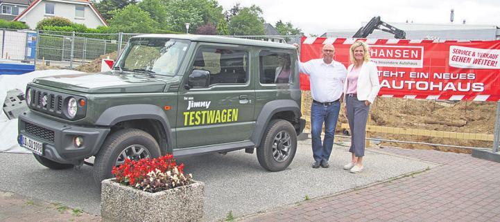 Martin Jachmann (Verkaufsberater Honda) und Claudia Hansen-Soltau vor der Baustelle Foto: Frauke Pöhlsen