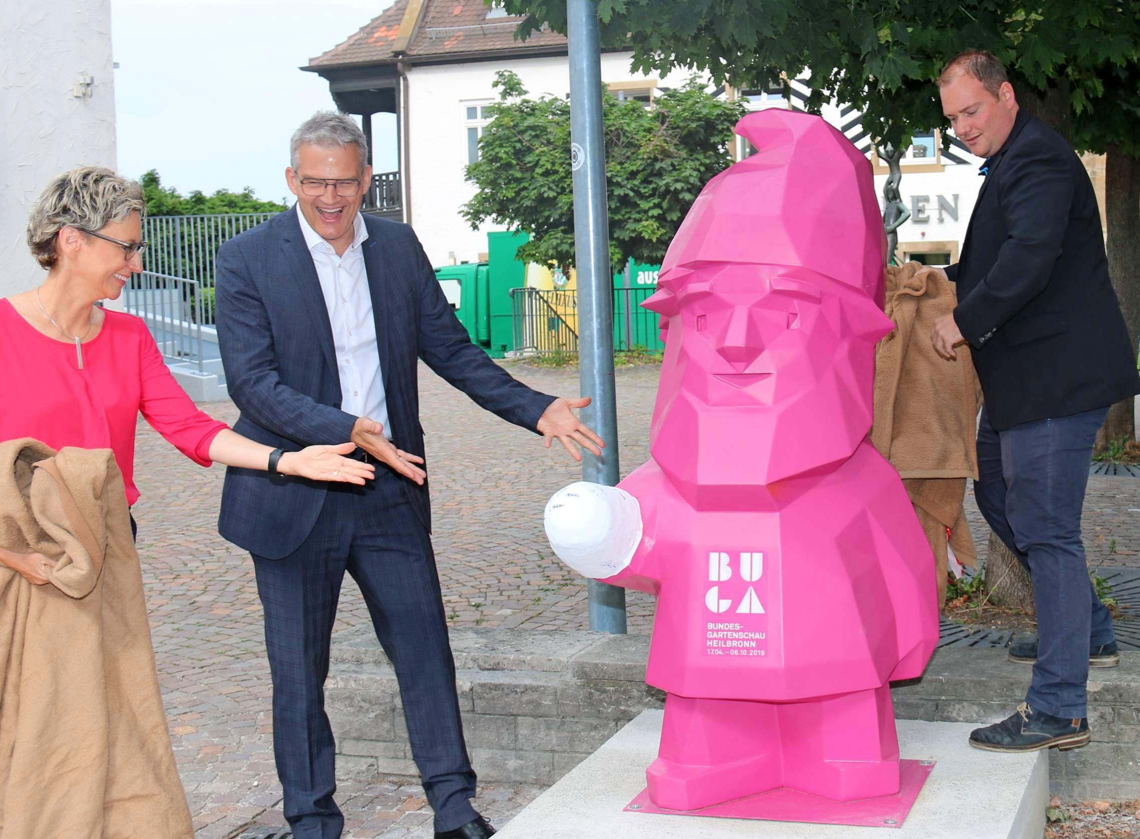 Museumsleiterin Natalie Scheerle-Walz, OB Steffen Hertwig und Bauhofleiter Andreas Pfeifer (von links) freuen sich über die Rückkehr des Buga-Zwergs. Foto: snp