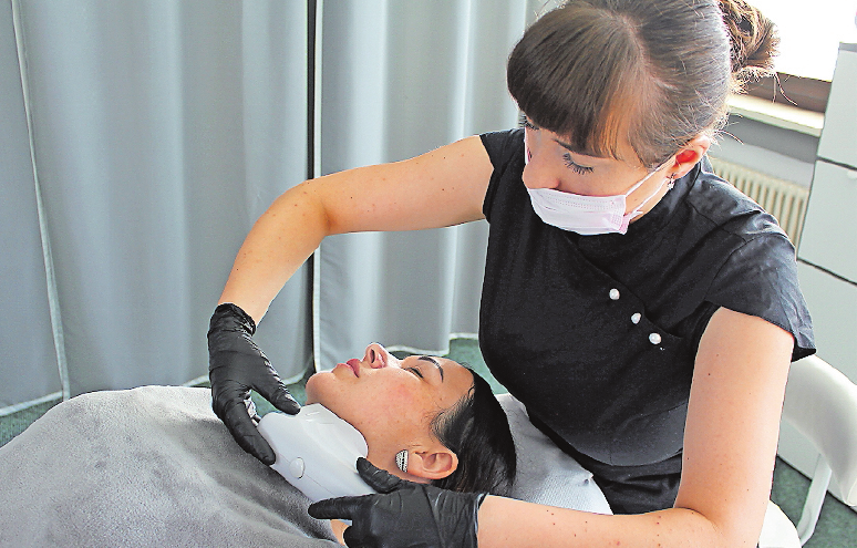 Mitarbeiterin Katharina Wencel demonstriert eine kosmetische Behandlung. FOTO: MÖBUS