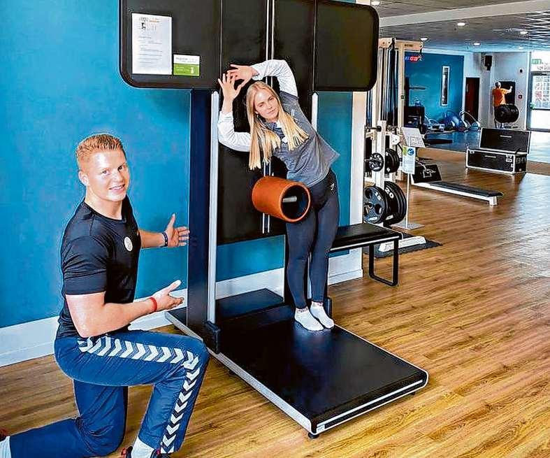 Fitnessmanager Lukas beim Einweisen in das Muskellängentraining Foto: Medifit