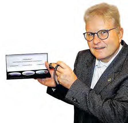 Frank Dettmann zeigt Brillengläser, die einen großen Teil des Scheinwerferlichts absorbieren. FOTO: PA
