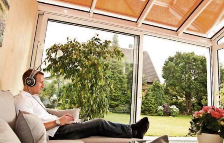 Um den Wintergarten im Sommer optimal nutzen zu können, ist ein wirksamer Sonnenschutz unverzichtbar. Bild: BVRS/txn