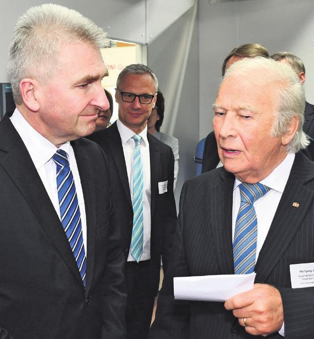 NRW-Wirtschaftsminister Prof.-Dr. Andreas Pinkwart (l.) lässt sich von WolfgangOehm, geschäftsführender Gesellschafter der ONI-WärmetrafoGmbH, über die neuesten Entwicklungen in der Energiespartechnik informieren.