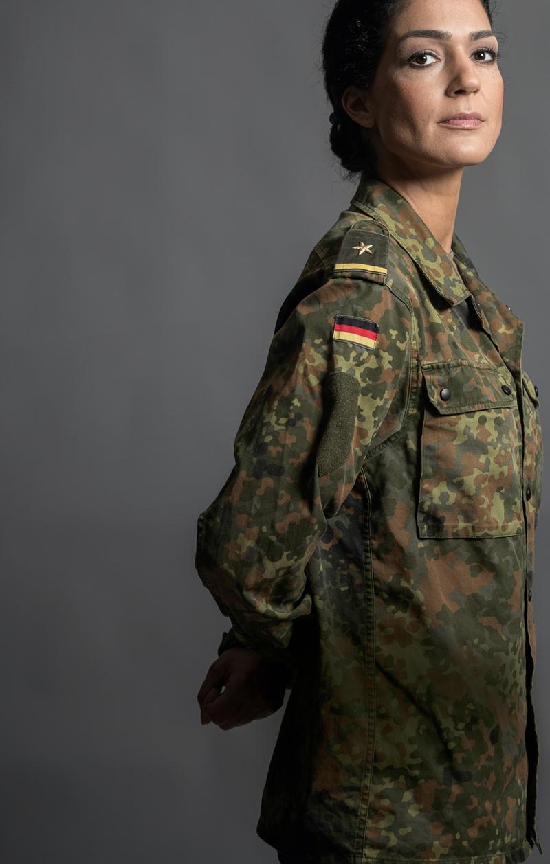 Flagge und Flecktarn. Beides trägt Nariman Hammouti mit Stolz. Und kämpft damit nicht nur gegen Rassismus, sondern auch gegen Bundeswehr-Bashing.