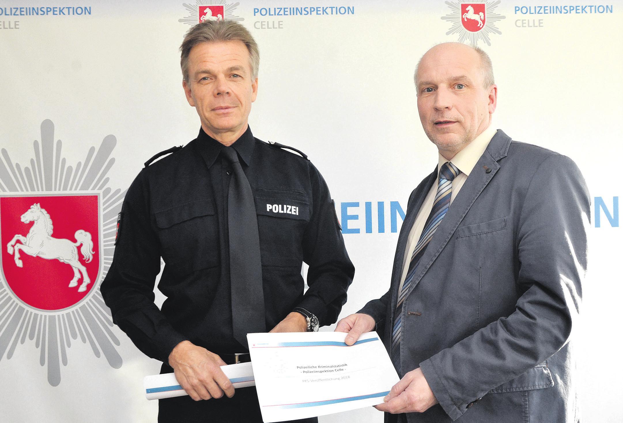 Polizeidirektor Eckart Pfeiffer (links) und Frank Hennecke (rechts) haben die Kriminalstatistik 2018 vorgestellt und zeigten sich angesichts vieler rückläufiger Zahlen sehr erfreut. Fotos: Wasinski