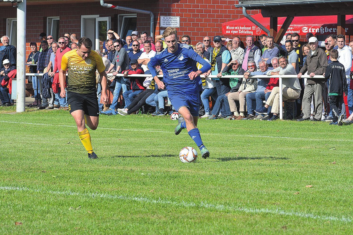 Der eingewechselte Nick Bergmann (rechts) erzielte das 2:0 im Kreispokalfinale. FOTO: DAK
