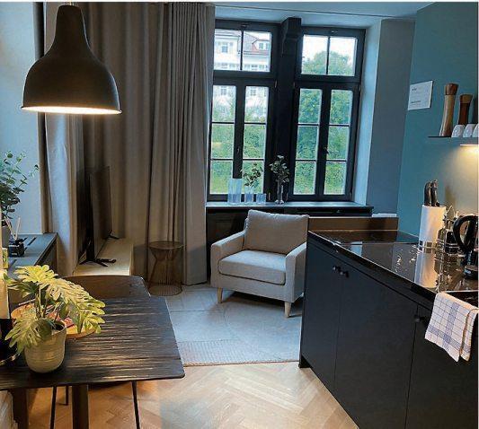 Die frischen Farbabstufungen sind Eyecatcher und schaffen eine freundliche Atmosphäre. Blick ins Mini-Appartement. Bilder: Uhland2
