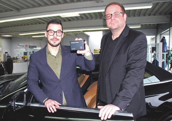 Jan Jordan (links) und Pier-André Rudeloff präsentieren den neuen kostenlosen Mercedes-Adapter Foto: Laudien