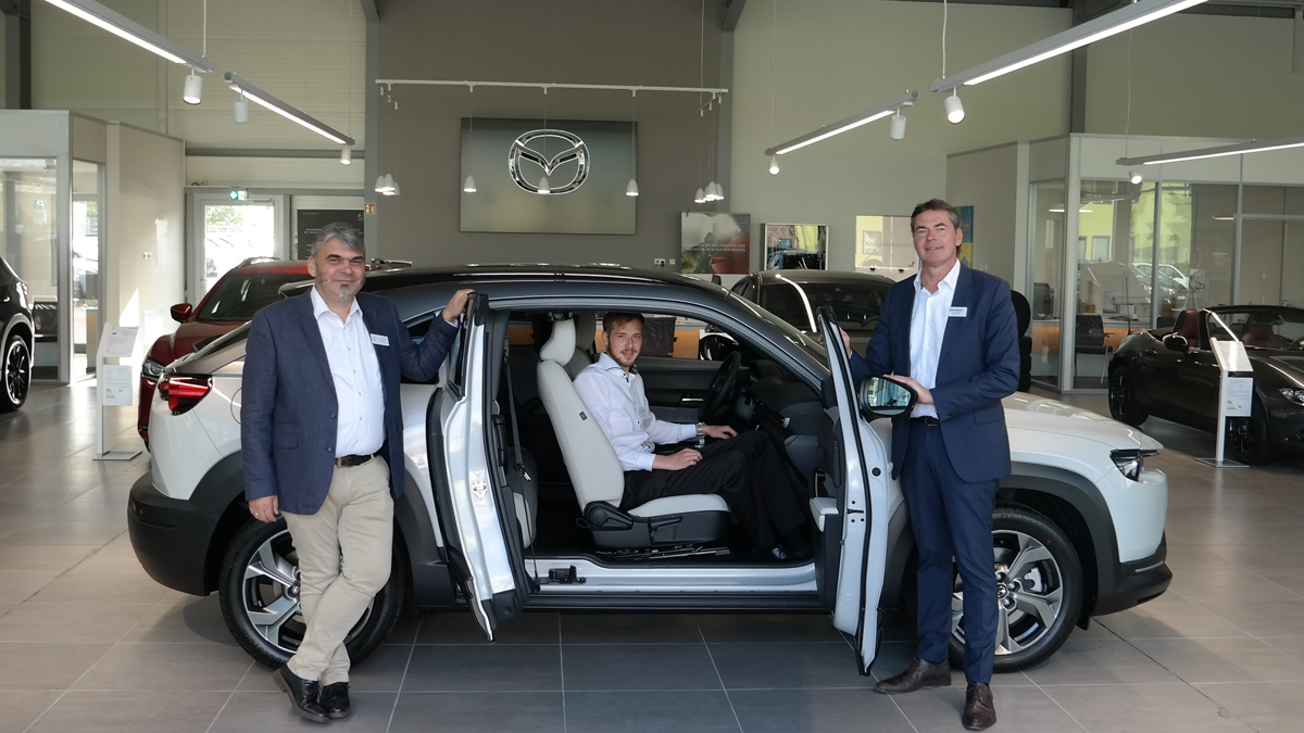 Haben die Probefahrt gemacht und sind begeistert: Das Mazda-Verkaufsteam vom Autohaus Kierdorf Udo Wolff, Alexander Cramer und Stefan Esser (v.l.)© AUTOHAUS KIERDORF