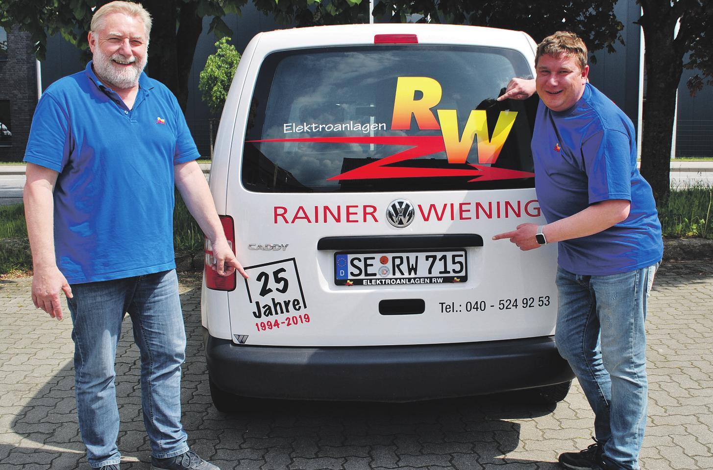 Rainer Wiening (l.) und Andreas Pehlke führen die Geschäfte des Elektroanlagen-Unternehmens im Jahr des 25-jährigen Bestehens der Firma am Hummelsbütteler Steindamm Foto: Tina Jordan