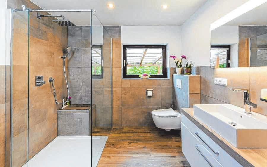 Altes Bad ganz neu: Boden und Wände mit Großformatfliesen einfach selbst verschönern Image 1