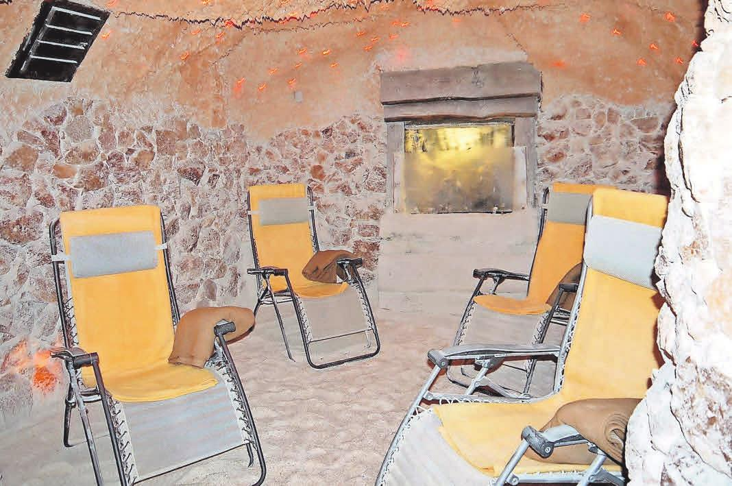 Während der Anwendung sind Gäste sicher ohne Maske: Die desinfizierende Wirkung von Salz lässt Besucher der Salzgrotte beruhigt auf- und durchatmen.