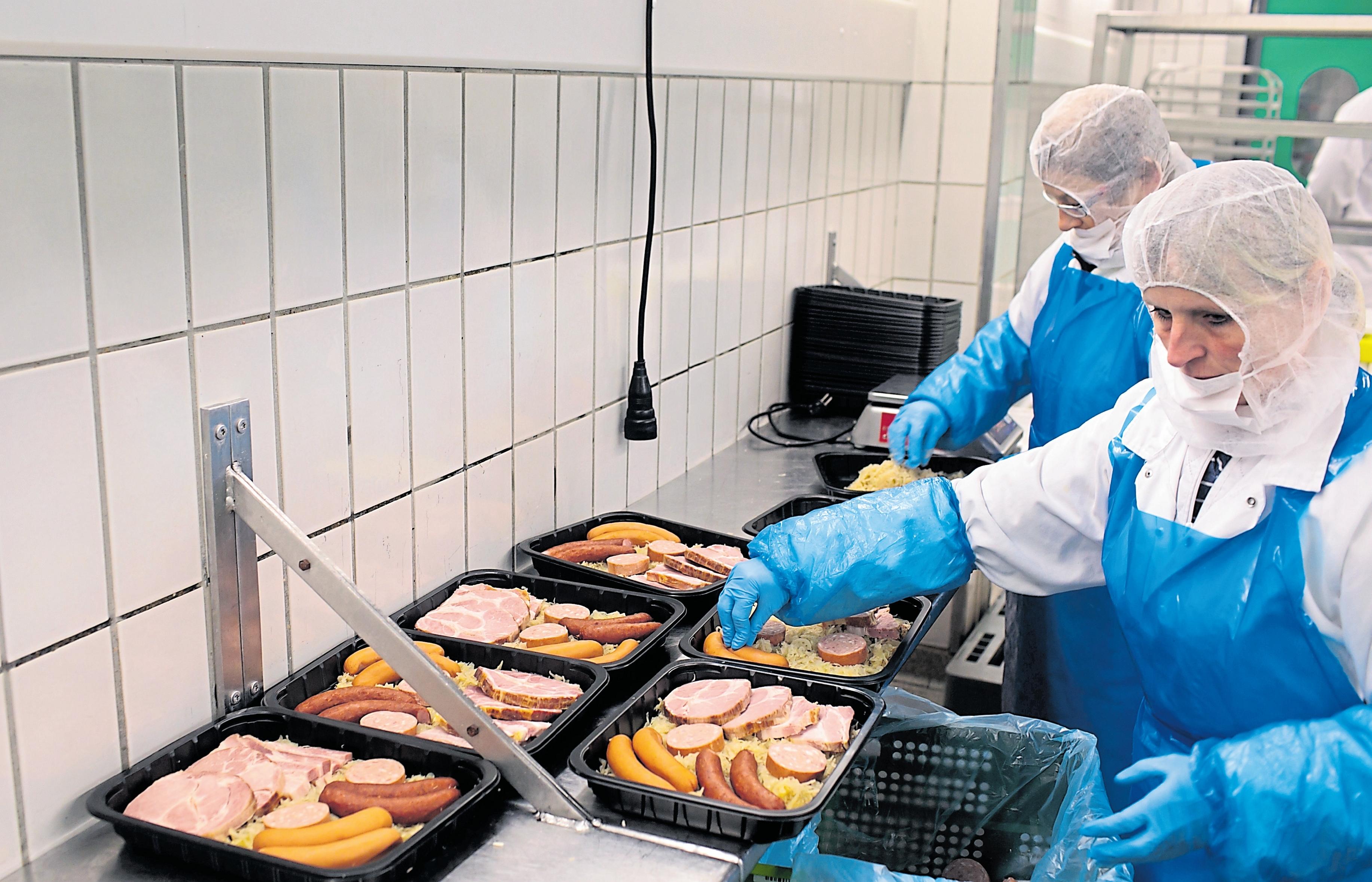 Die Mitarbeiter der Metzgerei bereiten die Choucroute als Fertiggericht in einer ein Kilo sowie in einer 500- Gramm-Variante vor. Die Kunden müssen diese nur noch in die Mikrowelle geben und genießen.