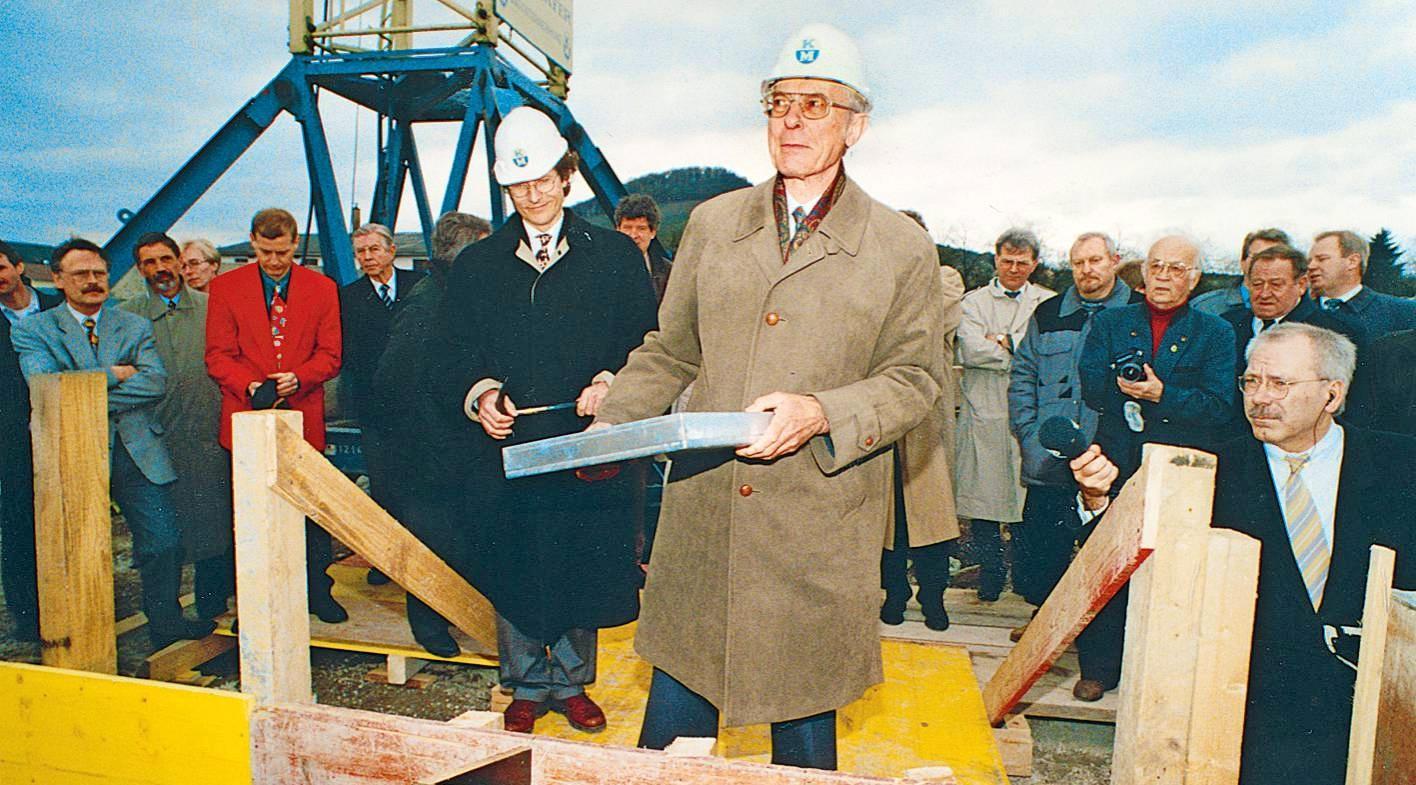 Alt-Verleger Frank Distelbarth (oben Mitte) bei der Grundsteinlegung für das Druckzentrum in der Austraße. Am 29. September 1995 wurde es offiziell eröffnet.