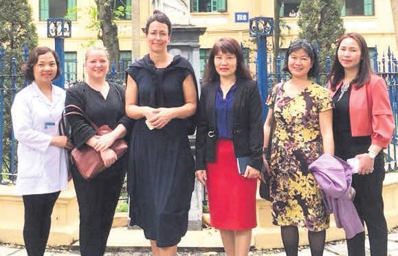 Pflegevorstand Annett Laban (3. v. l.) mit Projektassistentin Caren Erdmann (2. v. l.) und einer Delegation auf Recherchereise beim Besuch des St.-Paul-Hospitals in Hanoi. FOTO: ARCHIV/UNIMEDIZIN ROSTOCK