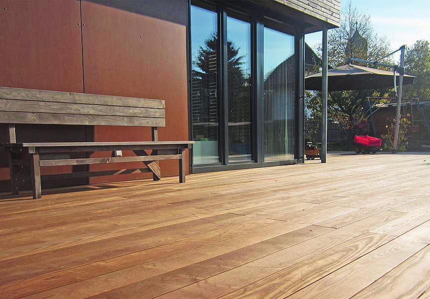 Natürliche Materialien liegen beim Bauen im Trend – allen voran Holz. Mit einer speziellen Thermobehandlung werden etwa Terrassendielen besonders langlebig und robust Foto: djd/ swero.de
