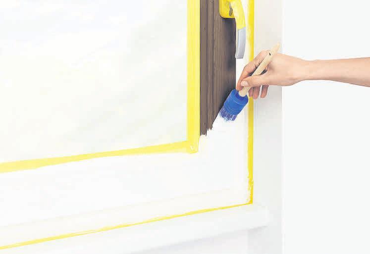 Auch für betagte Holzfenster gibt es geeignete Renovierfarben, die sich ganz einfach verarbeiten lassen.