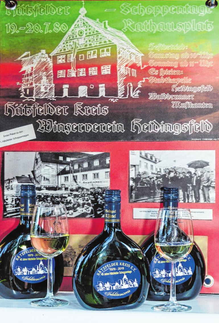 Zu den 40. Hätzfelder Schoppentagen gibt es einen Jubiläumsbocksbeutel. Im Hintergrund das Plakat der Schoppentage 1980.