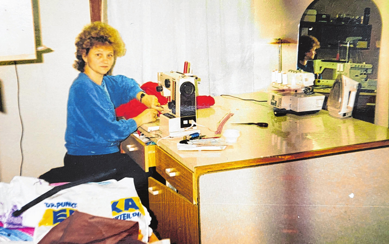 Seit den frühen 1990er Jahren sitzt Gerlinde Grunwald für ihre Kunden täglich an der Nähmaschine. Foto: Privat