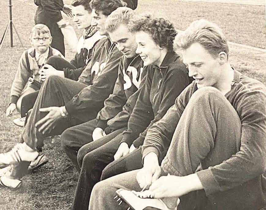 Fertigmachen zum Hochsprung: Der VfLer Jürgen Jenß (r.) wurde 1958 als erster Wolfsburger deutscher Meister. Ebenfalls auf dem Bild: Manfred Germar (3. v. r.) und Martin Lauer (4. v. r.), Leichathletik-Stars ihrer Zeit.