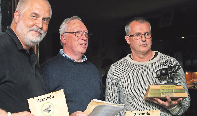 Lars Michael (von links), Schiessleiter Wolfgang Hirte und Wolfgang Wilke bei der Siegerehrung.