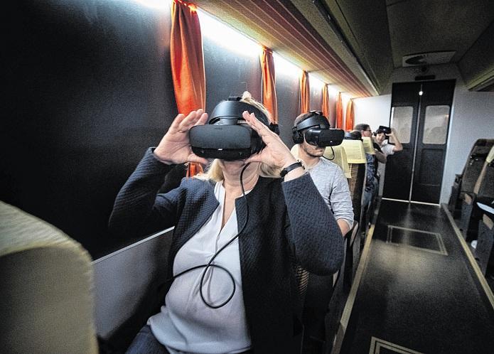 Mit den Spezialbrillen lässt sich die Realität in dem schlauchartigen Raum ausblenden. Auf dem integrierten Monitor erscheinen statt dessen virtuelle Bilder.