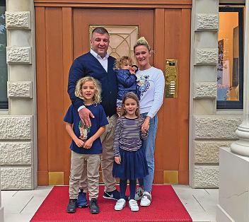 Familienfoto vor dem Hauseingang. BILD: MARKUS WILHELM