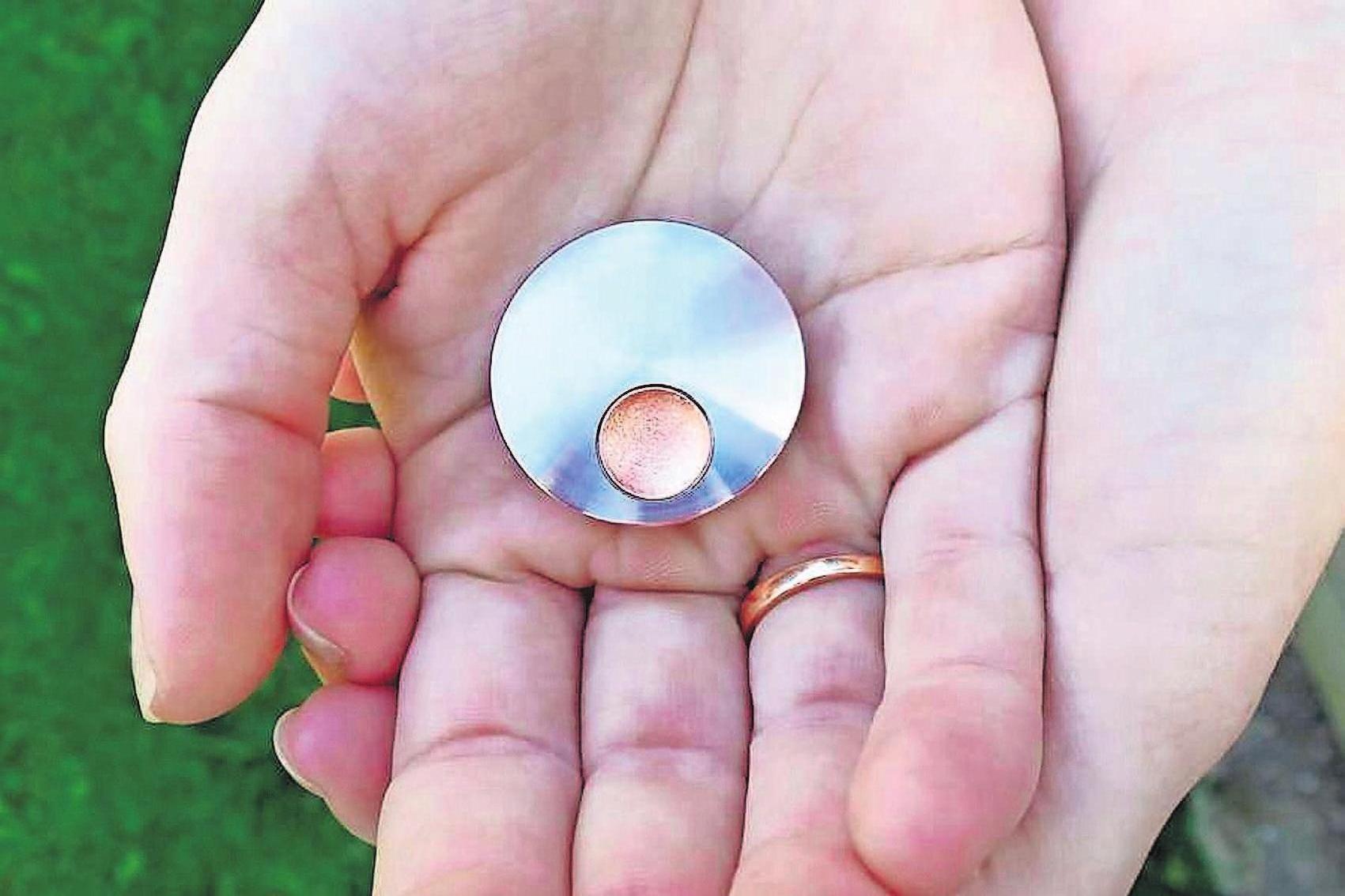 Wenn Haare oder Asche des Verstorbenen im Schmuckstück eingeschlossen sind, kann dieses nie wieder geöffnet werden. Foto: djd/www.nanogermany.de