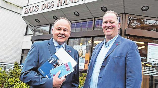 Jürgen Haßler (l.) und Frank Clemens sprechen über die aktuelle Situation des Handwerks. Foto: Kreishandwerkerschaft