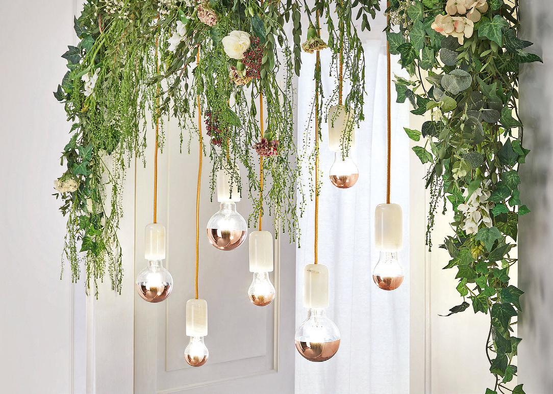 Leuchten mit sogenannten Vintage-Lampen, die mit LEDs die Optik und die warme Lichtfarbe der klassischen Glühlampe imitieren, liegen auch bei der Hochzeitsdekoration im Trend. Foto: djd/Paulmann Licht