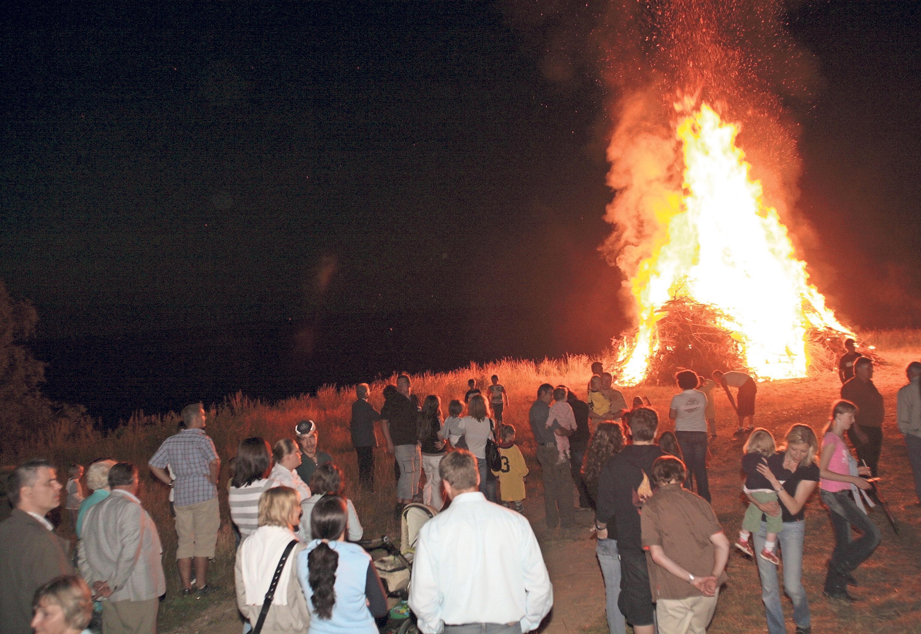 Nach Einbruch der Dunkelheit wird das Johannisfeuer von einem Fackelzug entzündet. Für den musikalischen Rahmen sorgt die Blaskapelle Neuhaus. Fotos: red