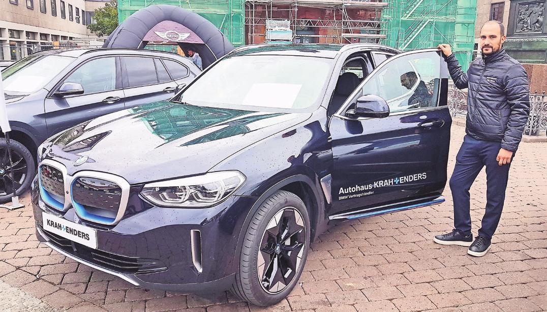 Verkaufsberater Felix Häfner vom Autohaus Krah + Enders aus Maintal stellt den neuen BMW iX3 vor.