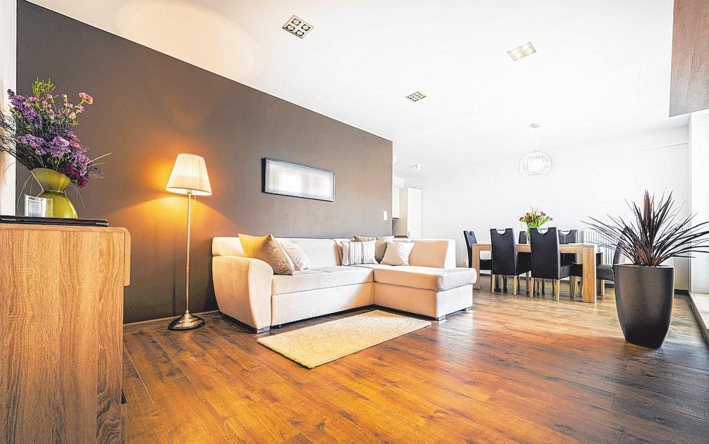 Gesunde Wohlfühlatmosphäre mit der richtigen Holzpflege. Foto: epr/Remmers/ Jacek Kadaj/©Cinematographer - stock.adobe.com