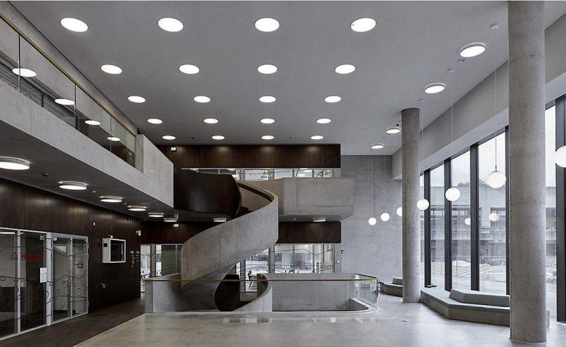 Ein Blickfang: die Wendeltreppe im Foyer