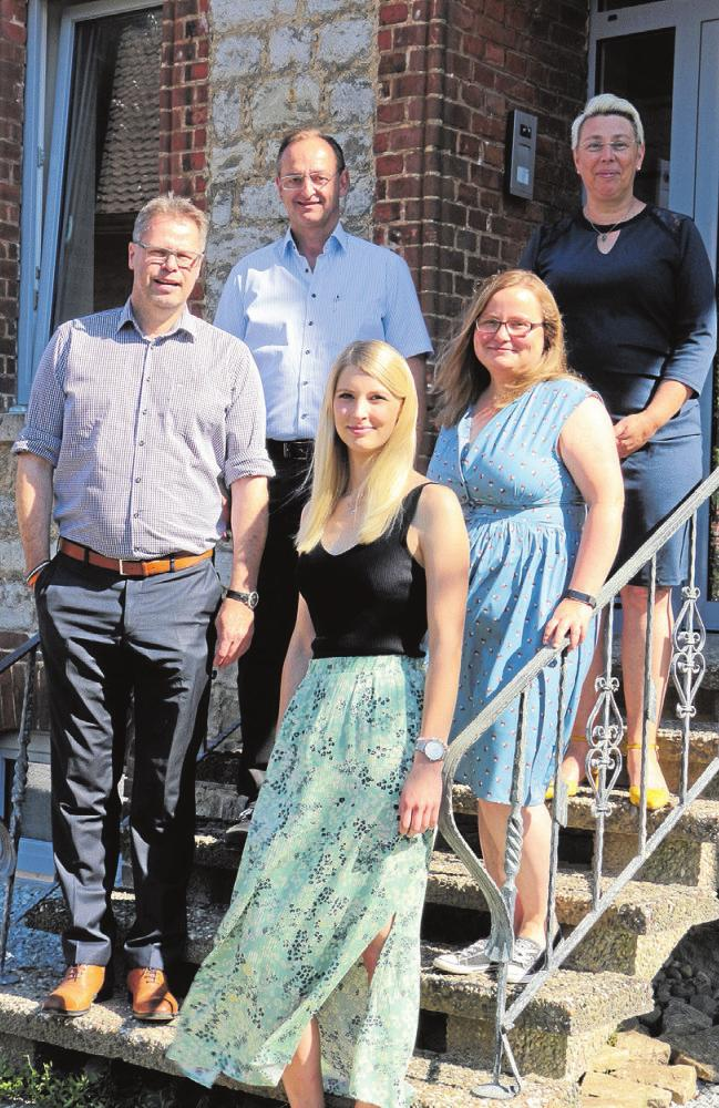 Thorsten Bund (li. hinten) und sein Geschäftspartner Michael Nözel mit den künftigen Mitarbeiterinnen der Einrichtung Lisa Marie Cornelsen (re. vorne), Irene Schwarze (Bezugsbetreuerinnen und Traumapädagoginnen) sowie Hausleiterin Ines Muchmeyer. Foto: eaw