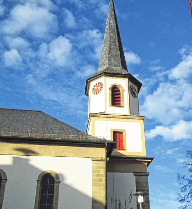 Weithin sichtbar ist die Turmuhr am Kirchturm.