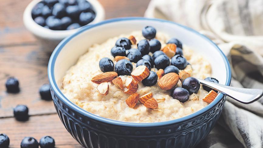 Ein Porridge zum Frühstück liefert Energie und macht lange satt Bild: Vladislav Nosik/stock.adobe.com