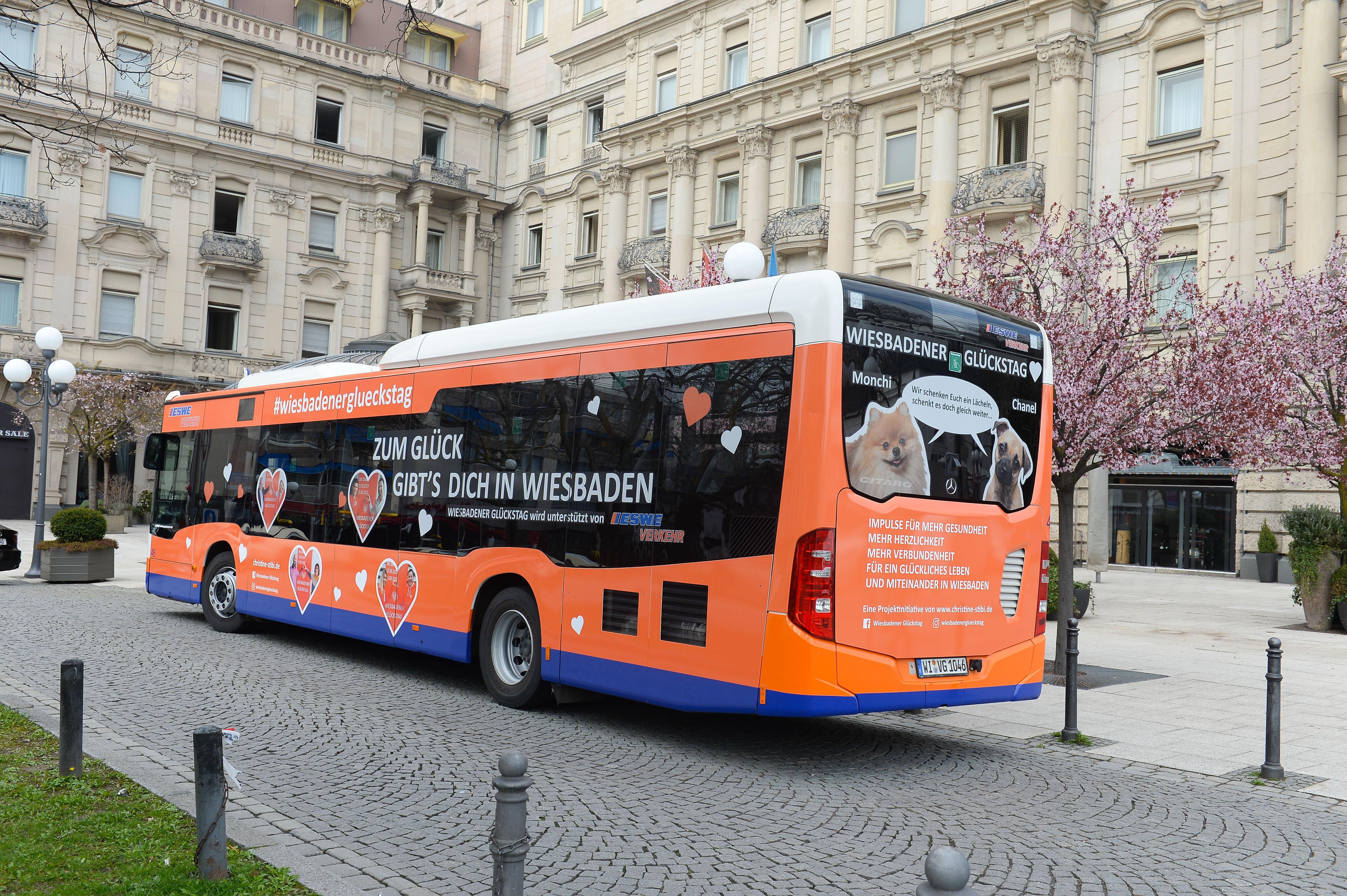 """Der GLÜCKSTAG BUS… er rollt und rollt. Schenkt täglich viele Lächeln in Wiesbaden"""" Foto: P. Müller"""