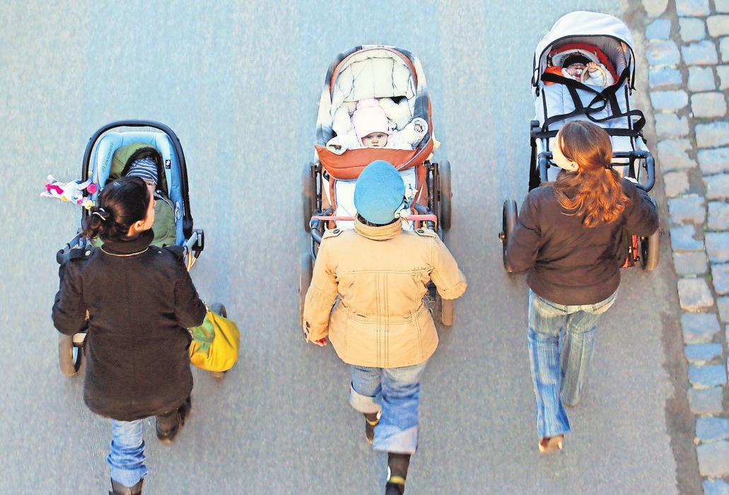 Sicher, komfortabel, leicht in der Handhabung – und schick soll er auch noch sein: Um einen idealen Kinderwagen zu finden, sollten Eltern auf Beratung setzen und auf Prüfsiegel achten. FOTO: WOLFRAM STEINBERG/DPA