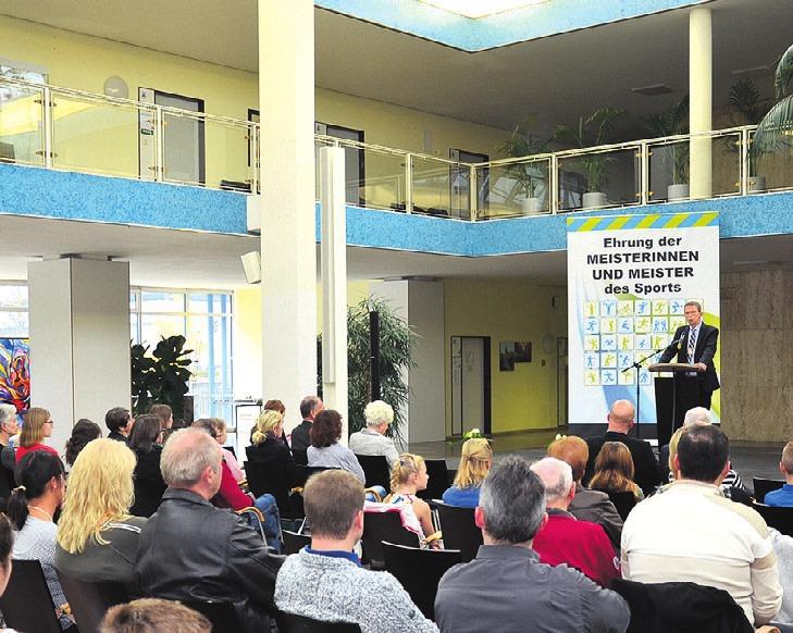 In der Bürgerhalle begrüßte Oberbürgermeister Klaus Mohrs die jungen Sportler und ihre Eltern. Wie in jedem Jahr zeichnete die Stadt ihre jungen Athleten aus.