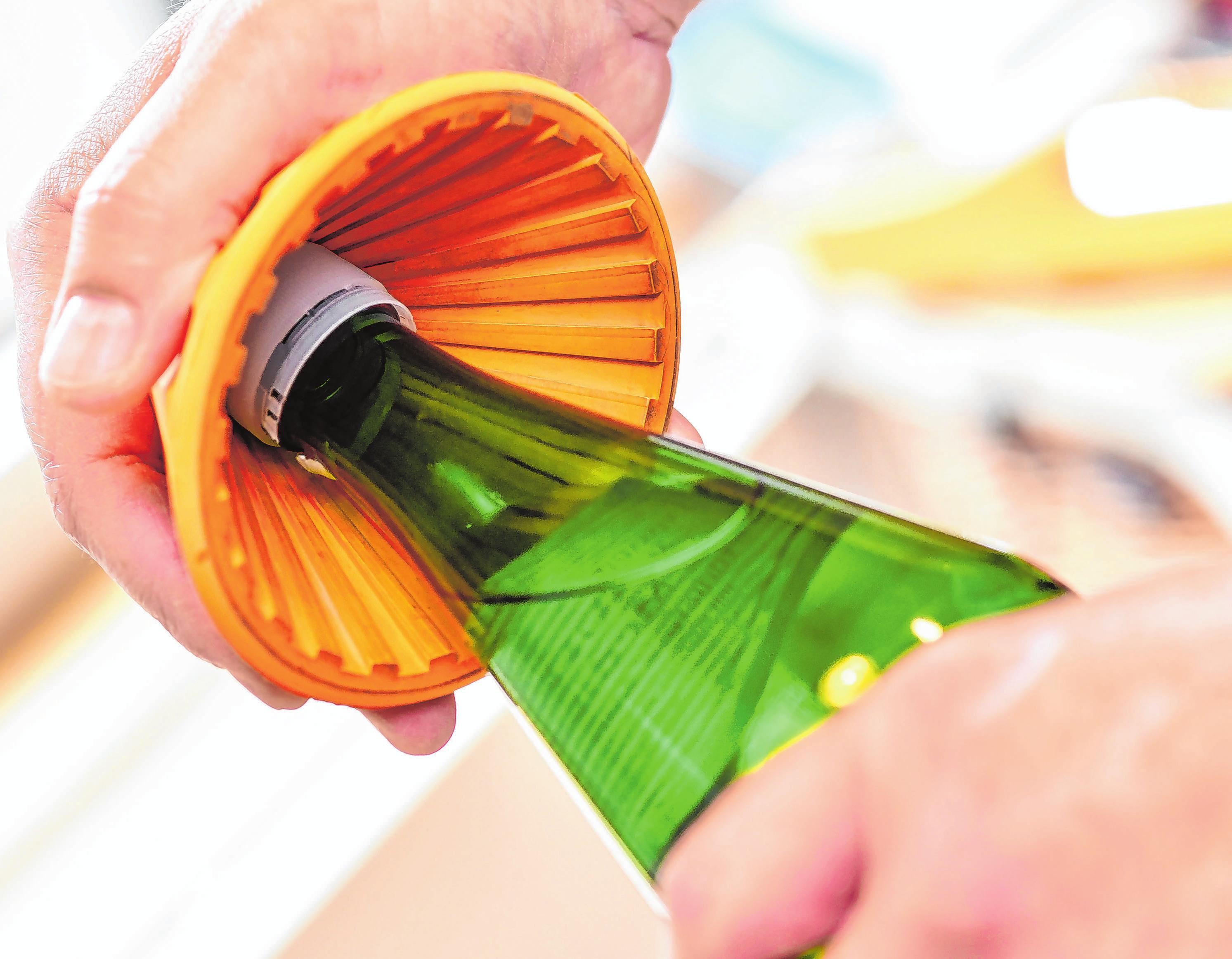 Mit Hilfe dieses kleinen Trichters wird das Öffnen der Flasche leichter.