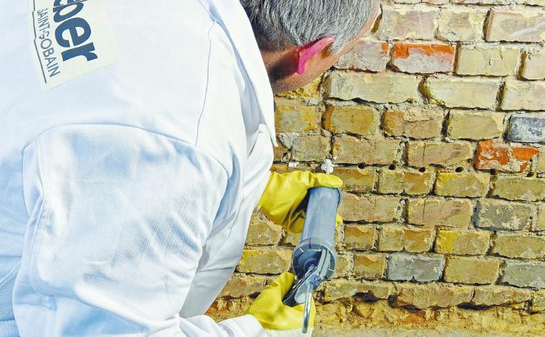 Mauern mit System sanieren: Injektionscreme und passende Putze stoppen aufsteigende Feuchtigkeit. Foto: txn/Saint-Gobain Weber