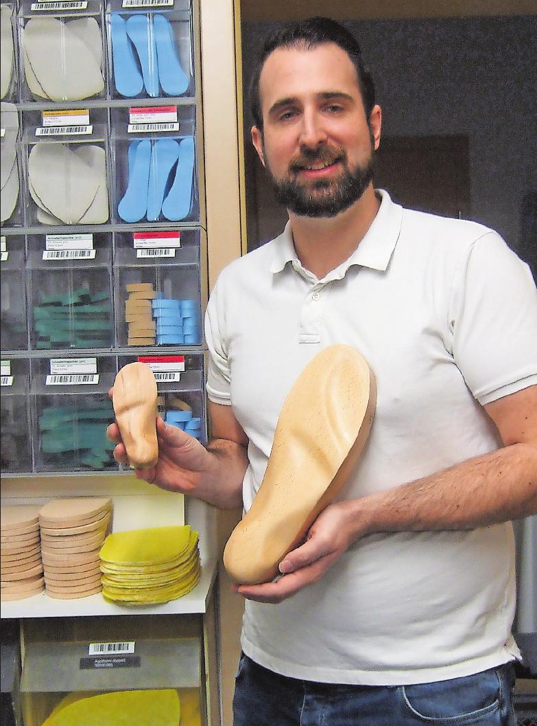 Schwerpunkt von Orthopädieschuhmachermeister Erik Köberlein ist die Anfertigung von orthopädischen Schuhen sowie Einlagen in den Größen 20 bis 50. FOTO: SCHAAR